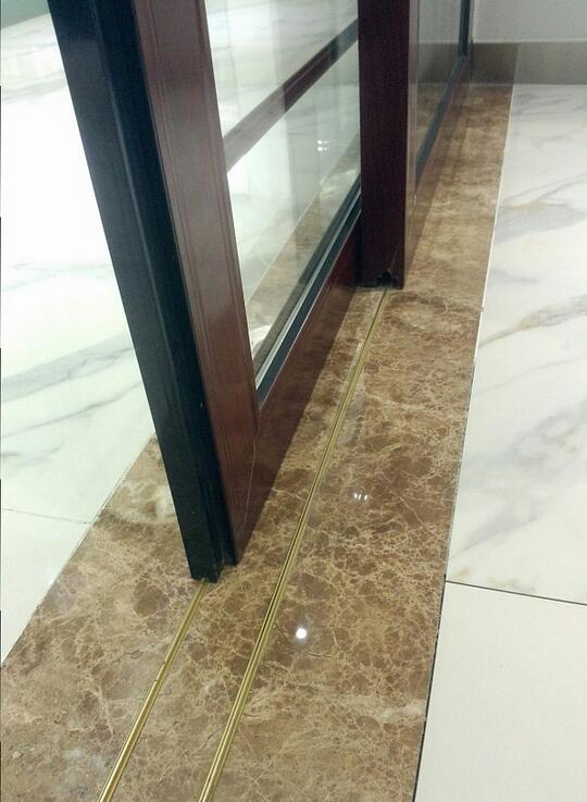 使用大理石贴铜条完美解决地轨推拉门垃圾难清理
