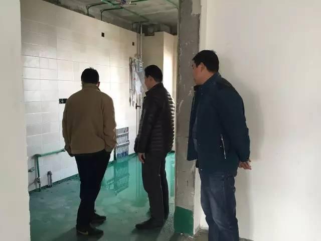 吕总和同行的同事正在查看防水是否到位
